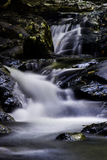 Wasserfall und Stein Lizenzfreie Stockfotos