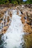 Wasserfall und Steine Stockfoto