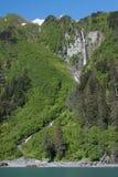 Wasserfall und Strand in Prinzen William Sound Stockfotos