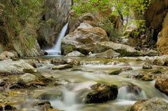 Wasserfall und Strom Stockbilder