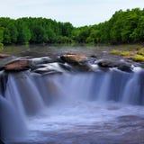 Wasserfall und Strom im Wald stockfotografie