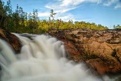 Wasserfall unter blauem Himmel Stockfotografie