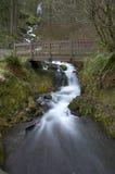 Wasserfall unter Brücke Lizenzfreies Stockfoto