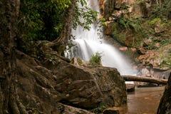 Wasserfall unter den Felsen Lizenzfreie Stockbilder