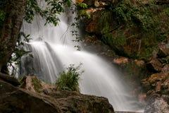 Wasserfall unter den Felsen Stockbilder