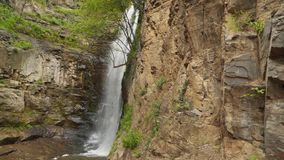 Wasserfall unter den Felsen stock video footage