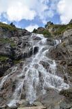 Wasserfall unter den Steinen Stockfotografie