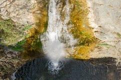 Wasserfall unter den Steinen Lizenzfreie Stockfotos