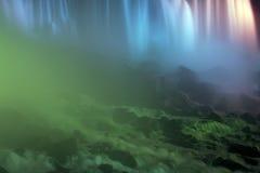 Wasserfall unter Leuchte Stockfotografie