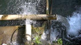 Wasserfall von den Rohren und von der grünen Natur stock video footage