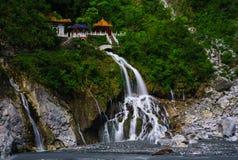 Wasserfall von einem Tempel Lizenzfreie Stockfotografie