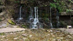 Wasserfall von Frühlingsquellen stock video
