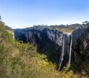 Wasserfall von Itaimbezinho-Schlucht bei Aparados DA Serra National Park - Cambara tun Sul, Rio Grande tun Sul, Brasilien Lizenzfreie Stockfotos
