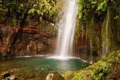 Wasserfall von levada DAS 25 Fontes 25 entspringt mit blauer Lagune, Rabacal, Madeira, Portugal Stockbilder