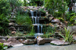 Wasserfall am Vorgarten , langsamer Fensterladen Stockfoto