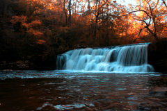 Wasserfall während des Herbstes Lizenzfreie Stockfotografie