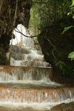 Wasserfall am Wald Stockbild