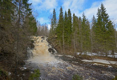 Wasserfall Yukankoski auf dem Fluss Kulismajoki lizenzfreies stockbild