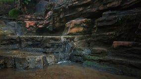 Wasserfall zu einem kleinen Fluss lizenzfreie stockfotografie
