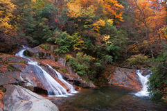 Wasserfall zwei im goldenen Fallwald Lizenzfreie Stockfotografie