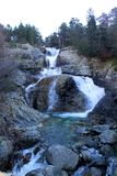 Wasserfall zwischen Felsen stockbilder