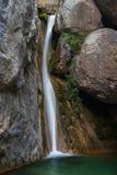 Wasserfall zwischen Felsen. Els Empedrats, Cadí, Spanien. Stockfotos