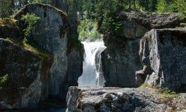 Wasserfall zwischen Flusssteinen Lizenzfreies Stockfoto