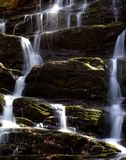 Wasserfallkaskade mit Moos Stockbilder