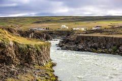 Wasserfalllandschaft in Island Stockbilder
