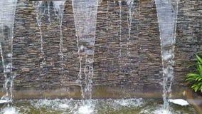 Wasserfallmodell für schönen Garten stock video