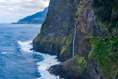 Wasserfallschleier der Braut in Madeira-Insel Porto Moniz Seixal stockbild