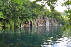Wasserfallwand in grünen See Lizenzfreies Stockfoto