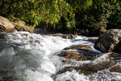 Wasserfallwasserstrom in den Felsen stockfotografie