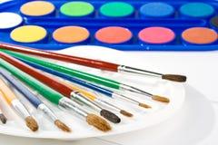 Wasserfarbe malt und Pinsel Stockfotografie