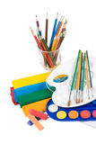 Wasserfarbenlacke, -bleistifte und -pinsel Lizenzfreies Stockbild