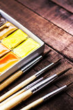 Wasserfarbzeichnung, bunte Aquarellfarben und Bürsten vorbei Stockbilder