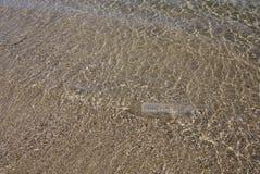 Wasserflasche im Meer auf goldenen Sanden Stockfoto