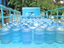 Wasserflaschen auf LKW Stockbild