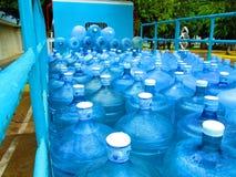 Wasserflaschen auf LKW Stockfoto
