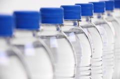 Wasserflaschenkappen verwischt lizenzfreie stockbilder