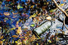 Wasserflaschenverschmutzung Stockfotos
