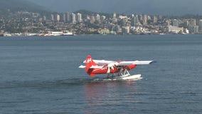 Wasserflugzeug, das im Hafen Vancouver, Britisch-Columbia, Kanada startet stock video