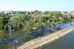 Wasserflut über Gleis lizenzfreies stockbild
