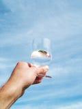 Wasserglas in der Hand Stockfoto