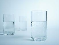 Wasserglas in der Zeile Stockfoto