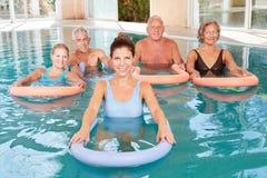 Wassergymnastikkurs für Senioren Stockbild