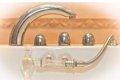 Wasserhahn mit Griffen und Dusche Stockfotos