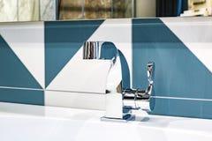 Wasserhahnwanne mit Hahn im teuren Dachbodenbadezimmer stockbild
