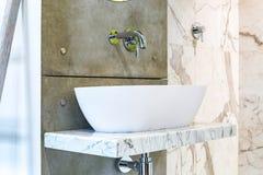 Wasserhahnwanne mit Hahn im teuren Dachbodenbadezimmer lizenzfreie stockfotos