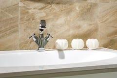 Wasserhahnwanne mit Hahn mit Kerzen im teuren Dachbodenbadezimmer stockfotos